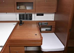 Dufour 375 stolik nawigacyjny